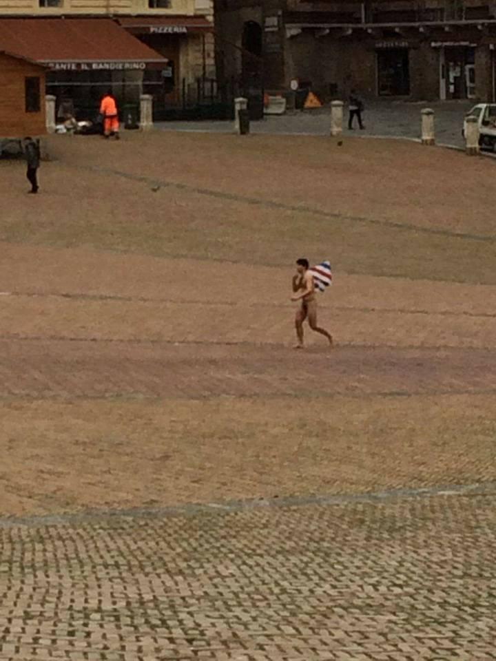 Nudo in Piazza con una bandiera in mano – Le foto