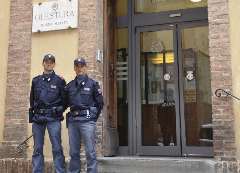 Agenti della Polizia di Siena pagano l'ostello a due senzatetto