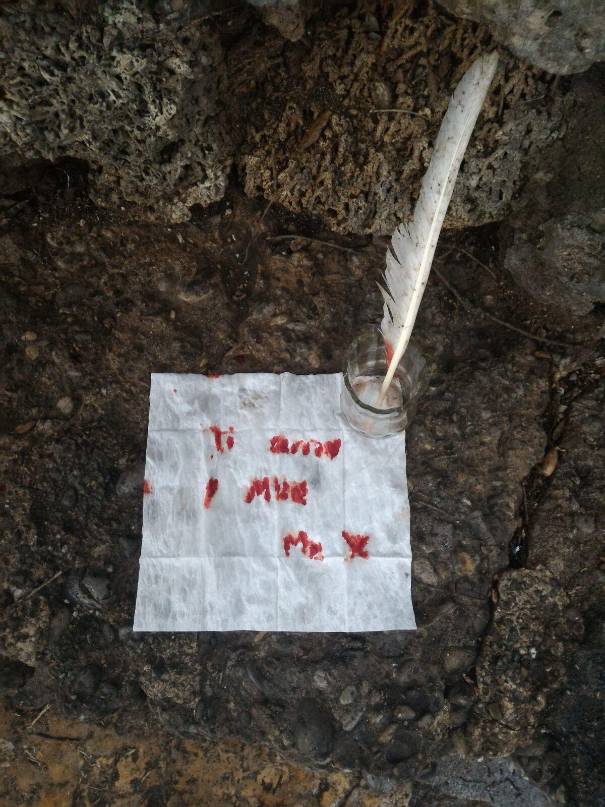 Scrive lettera d'amore con il suo sangue