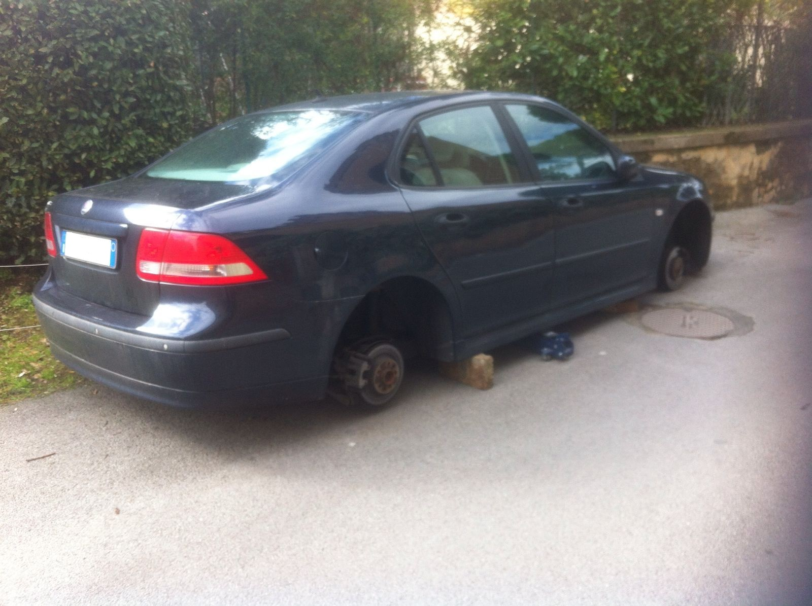 Rubano quattro gomme ad auto parcheggiata