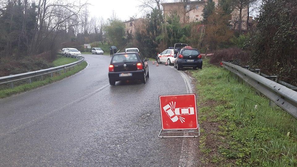 Scontro tra auto nella curva di Costalpino