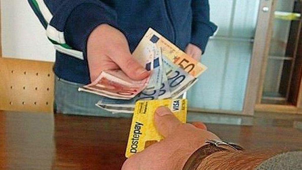 Fuggono senza pagare la ricarica Poste Pay, denuncia per truffa