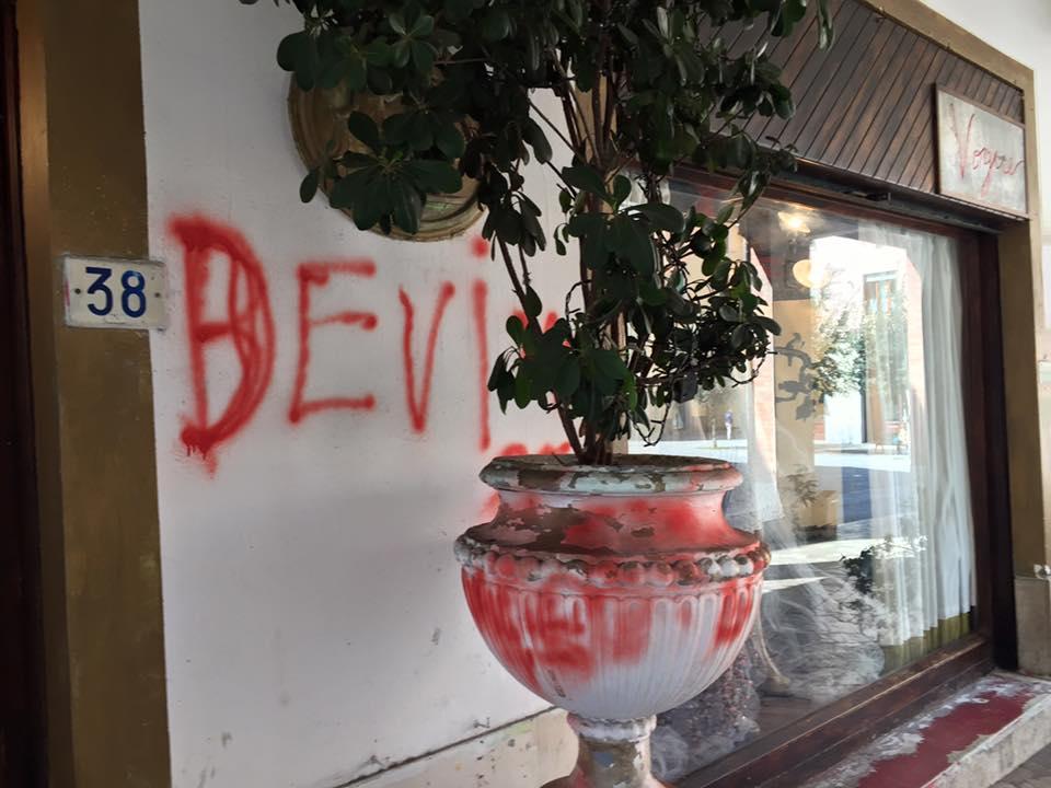 Muri e vetrine del centro imbrattati, la rabbia di cittadini e commercianti- LE FOTO