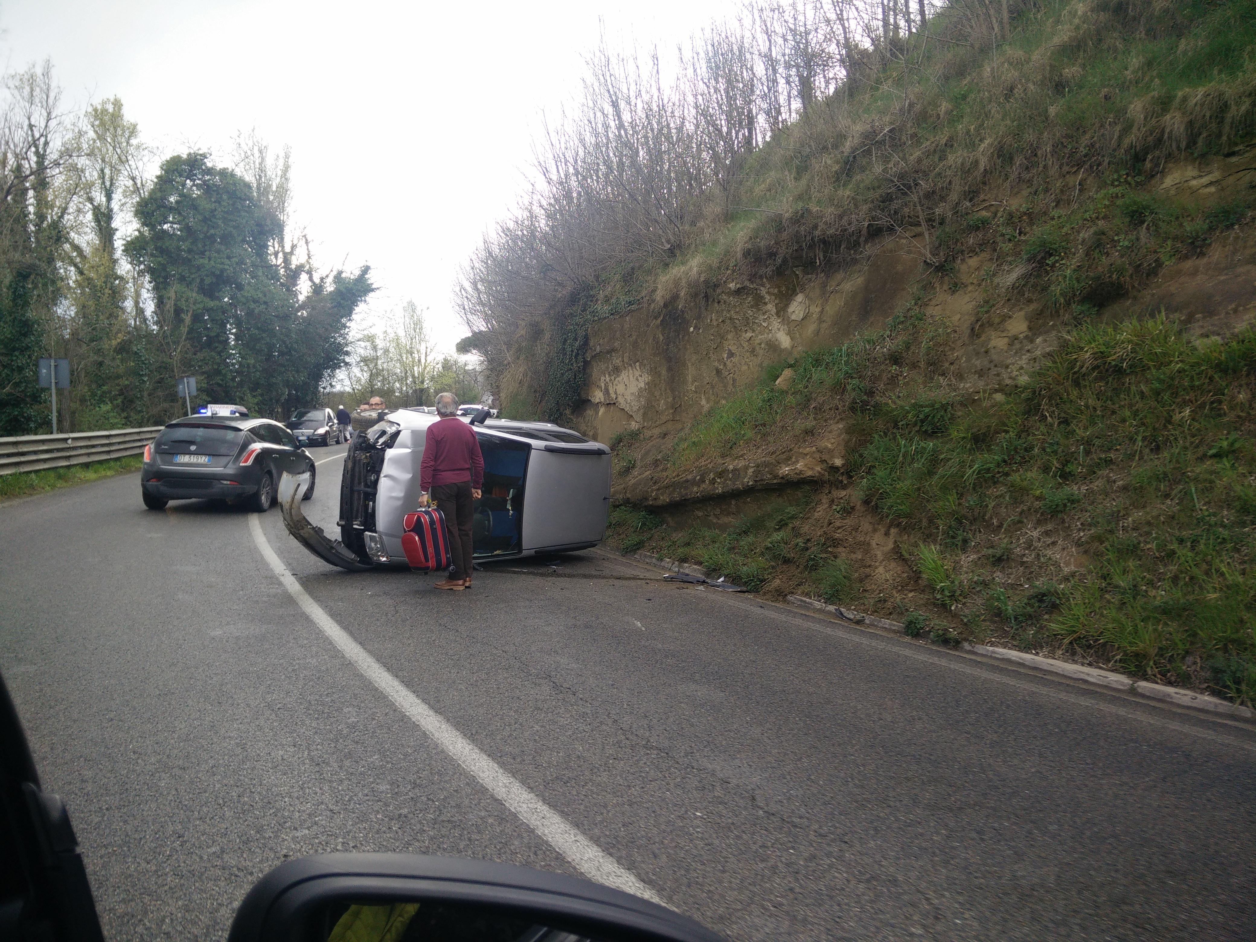 Auto ribaltata a Costafabbri
