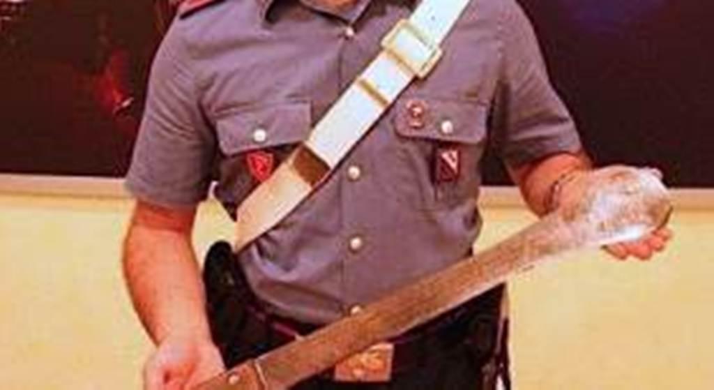 Brandisce machete per aiutare la fidanzata