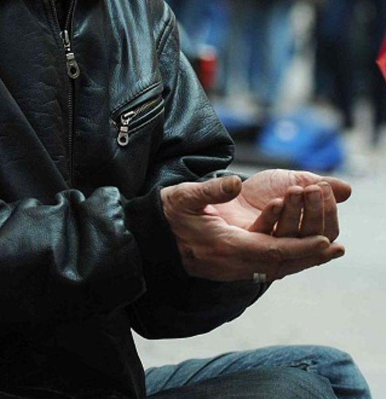 Nomadi denunciano mendicante che gli fa concorrenza