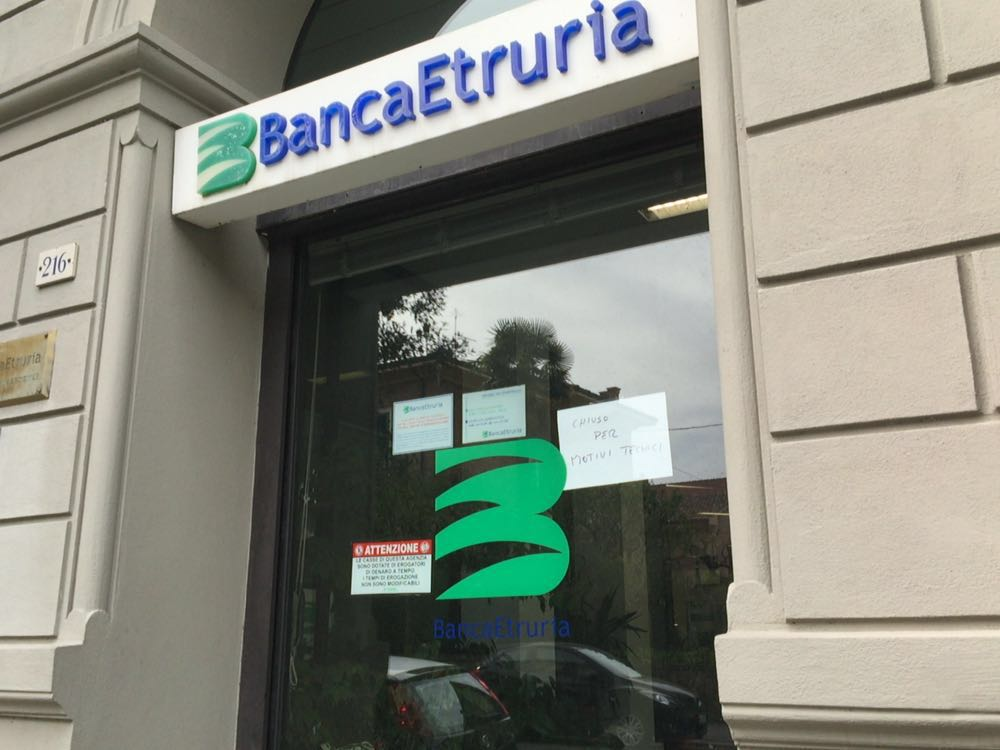 Rapina a mano armata alla banca in via Cavour