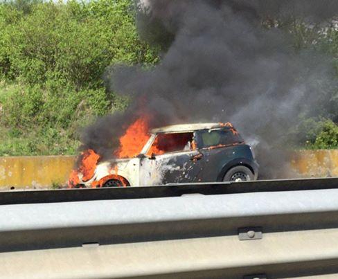 Auto in fiamme sulla Palio