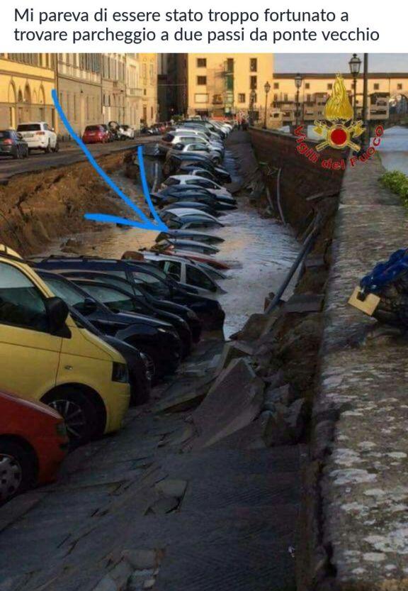 L'auto di un senese nella voragine del Lungarno di Firenze