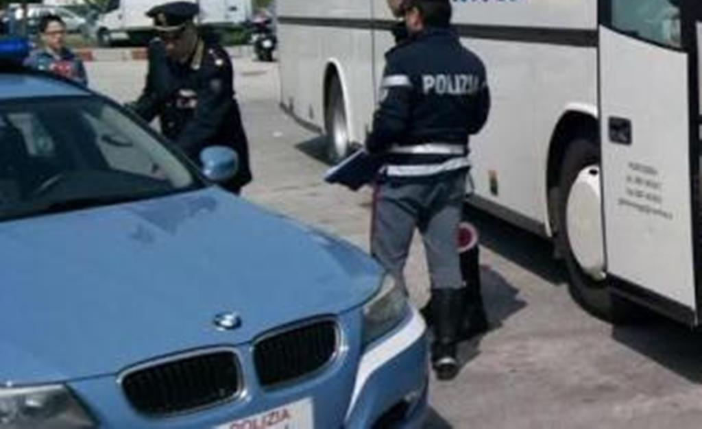 Fermata gita diretta a Siena: conducente con patente scaduta e porta rotta
