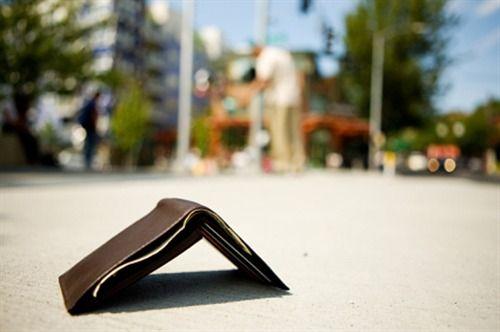 Studente perde portafogli con i soldi, passante lo riconsegna