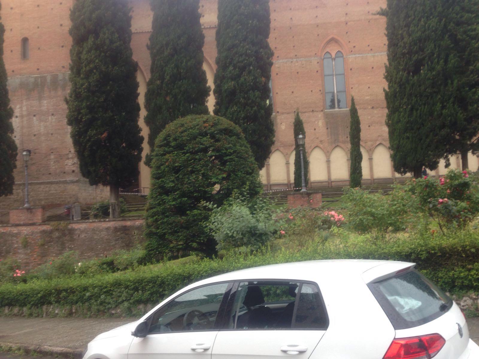 Fulmine colpisce San Domenico, i mattoni danneggiano le auto
