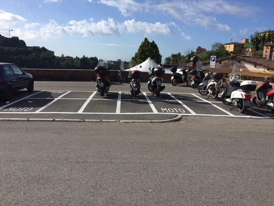 Tolti posti auto ai residenti per allontanare motorini dalle Logge del Papa: è polemica