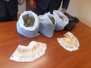 In viaggio con 4 chili di marijuana, arrestato dalla Finanza