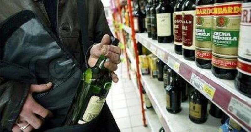 Ruba alcolici e fugge: ventiduenne denunciata