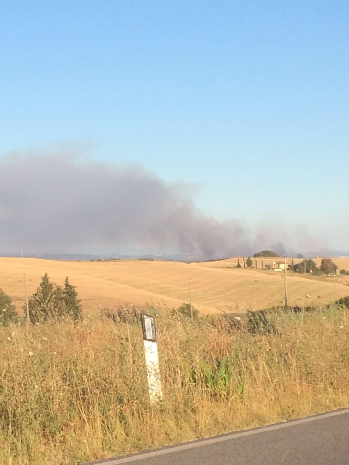 Vasto incendio a Cuna, fiamme a Ampugnano