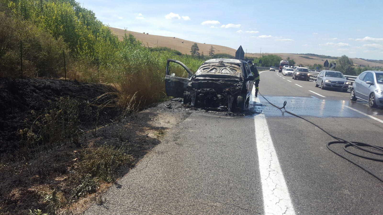 Auto in fiamme, pericolo esplosione