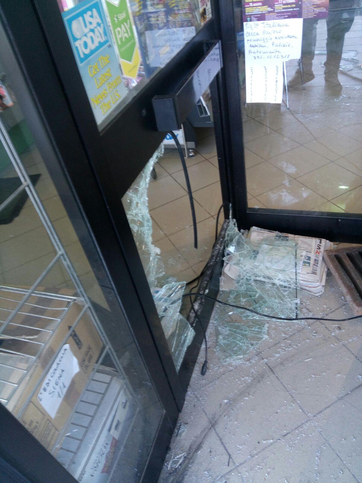 Furto all'edicola: ladri fuggono con slot machine