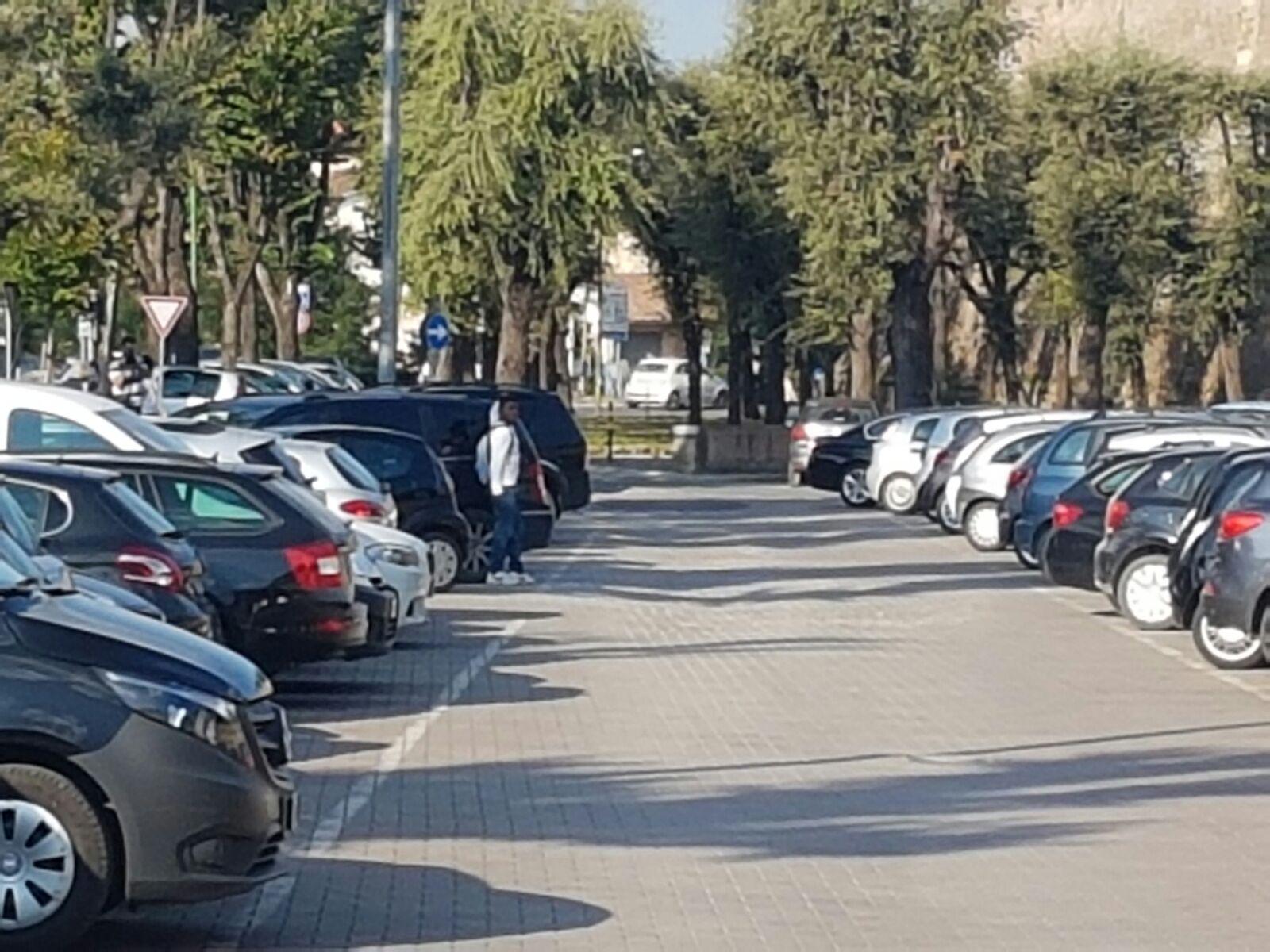 I parcheggiattori abusivi tornano al Campino di San Prospero – LA FOTO