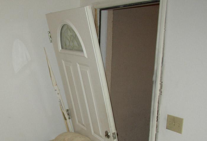 Scardinano la porta per rubare ma arrivano i proprietari