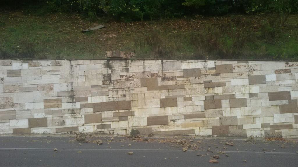 Si sbriciola il muro della villa abbandonata radio siena tv for Muro robur