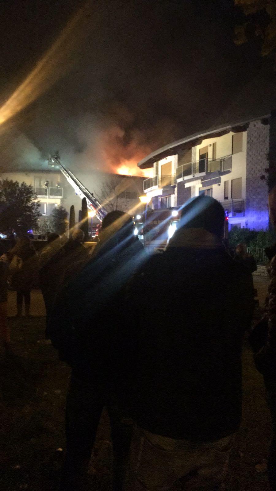 Fiamme a Rosia, in corso l'incendio del tetto di una casa