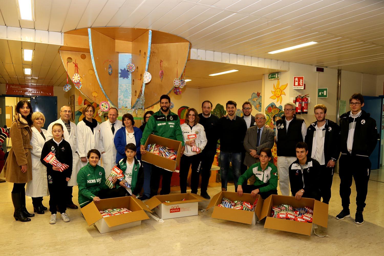Robur Siena e Polisportiva Mens Sana portano le calze della Befana in pediatria