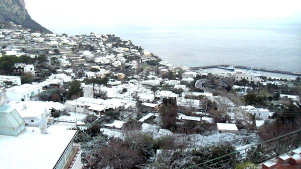 """Coppia senese nel gelo di Capri: """"Siamo stati abbandonati"""""""