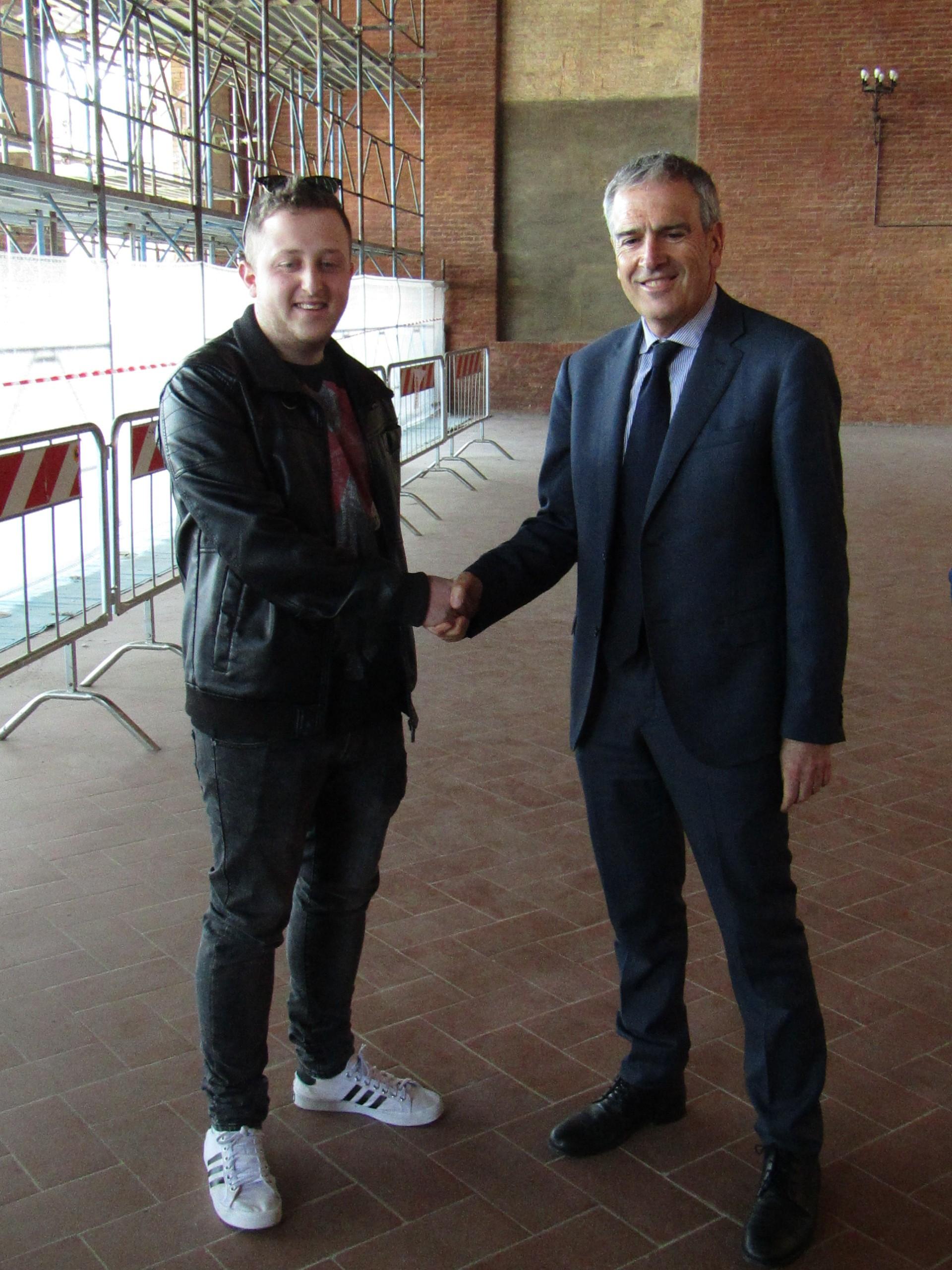 Il sindaco stringe la mano a Andrea Pistolesi, commesso a tempo determinato