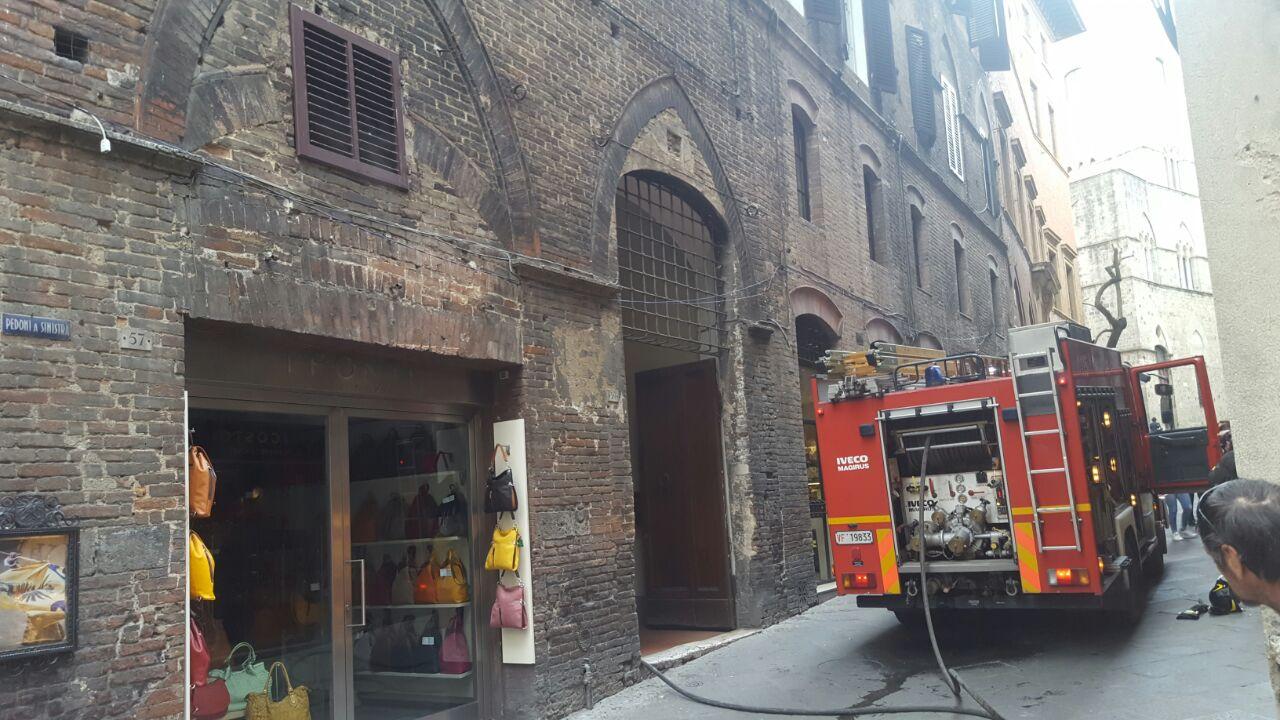 Incendio in corso in via di Città – LE IMMAGINI