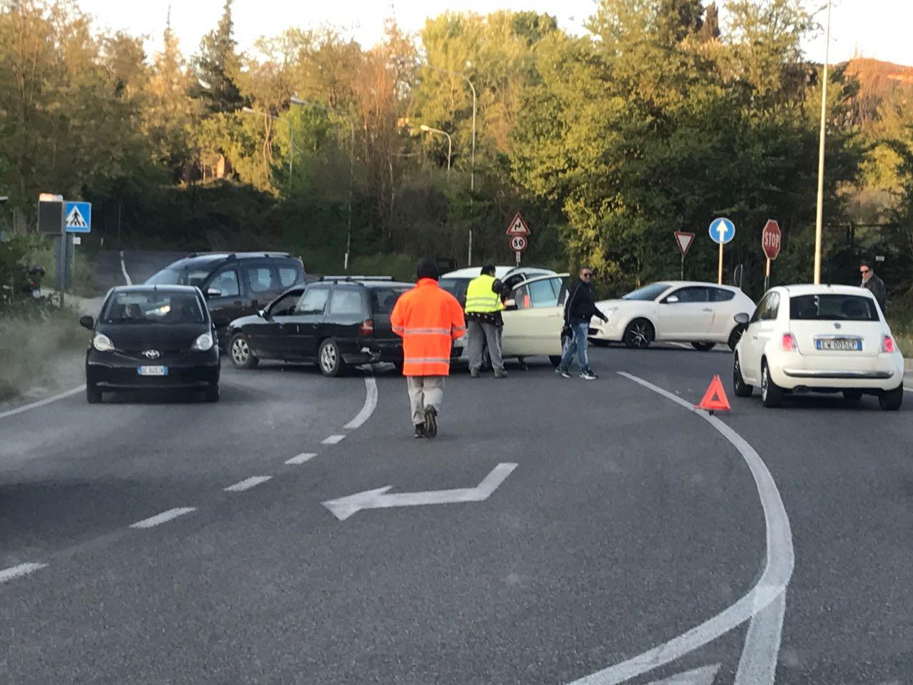 Scontro tra auto: traffico in tilt