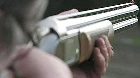 Armato di fucile e barricato in casa per gelosia a 83 anni