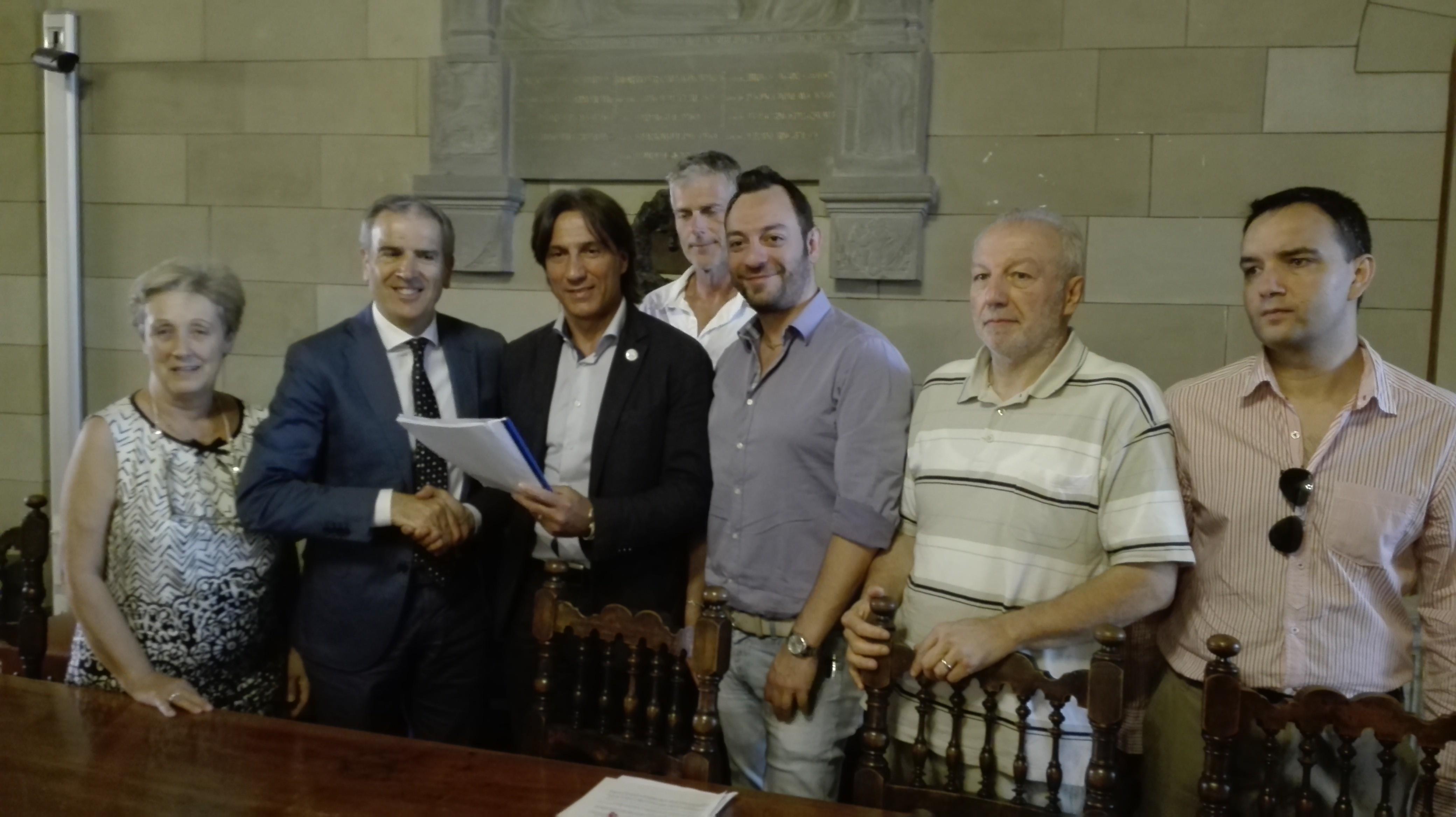 Noi Siena consegna al sindaco la raccolta firme sul cimitero del Laterino