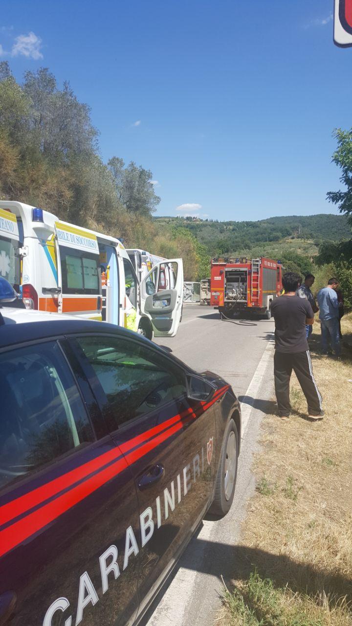 Auto schiacciata dalla ruspa caduta da un camion, una persona deceduta