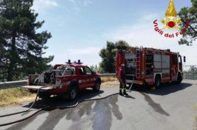 vigili del fuoco incendio brucia