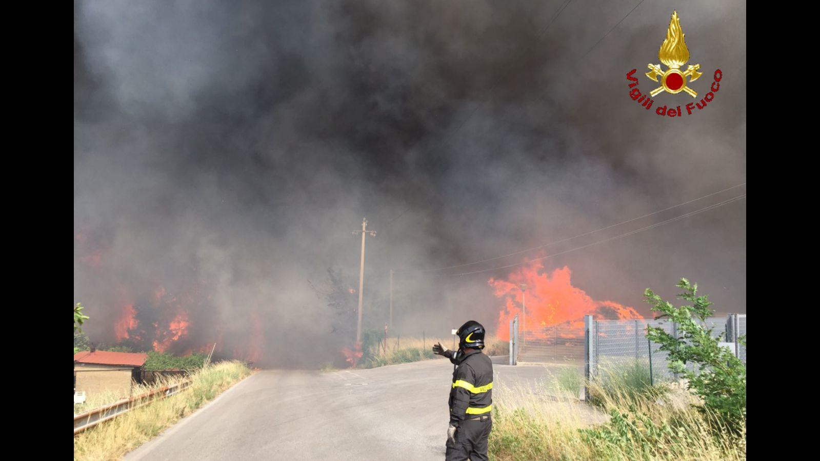 Incendio sull'Amiata, notte di timori. Famiglie evacuate ospiti della palestra comunale – LE FOTO