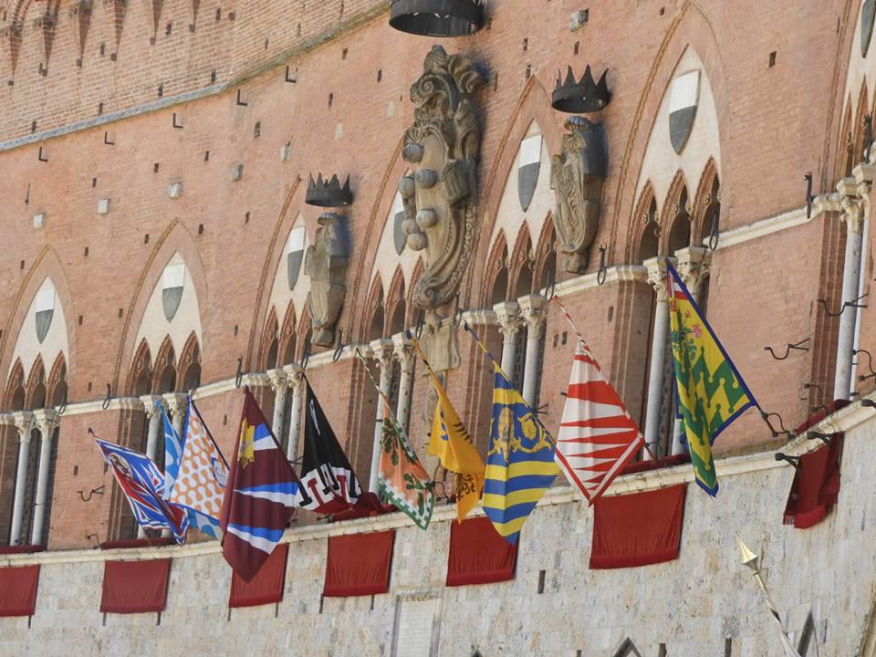 Capodanno senese: Magistrato delle Contrade chiede di esporre le bandiere