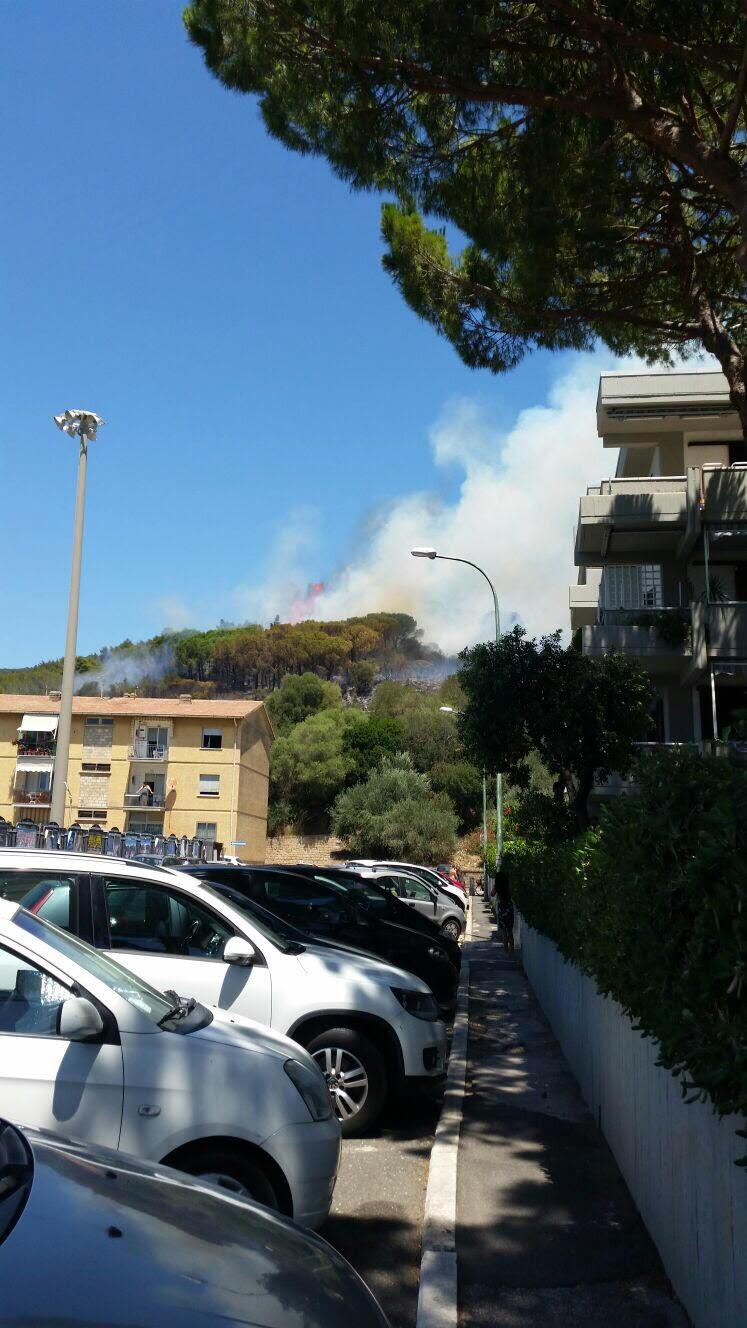Domato l'incendio a Castiglione, ma l'emergenza continua