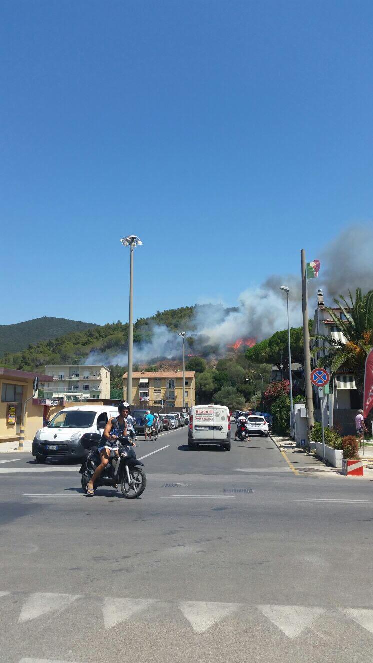 Maremma, incendio tra le case a Castiglione della Pescaia FOTO E VIDEO
