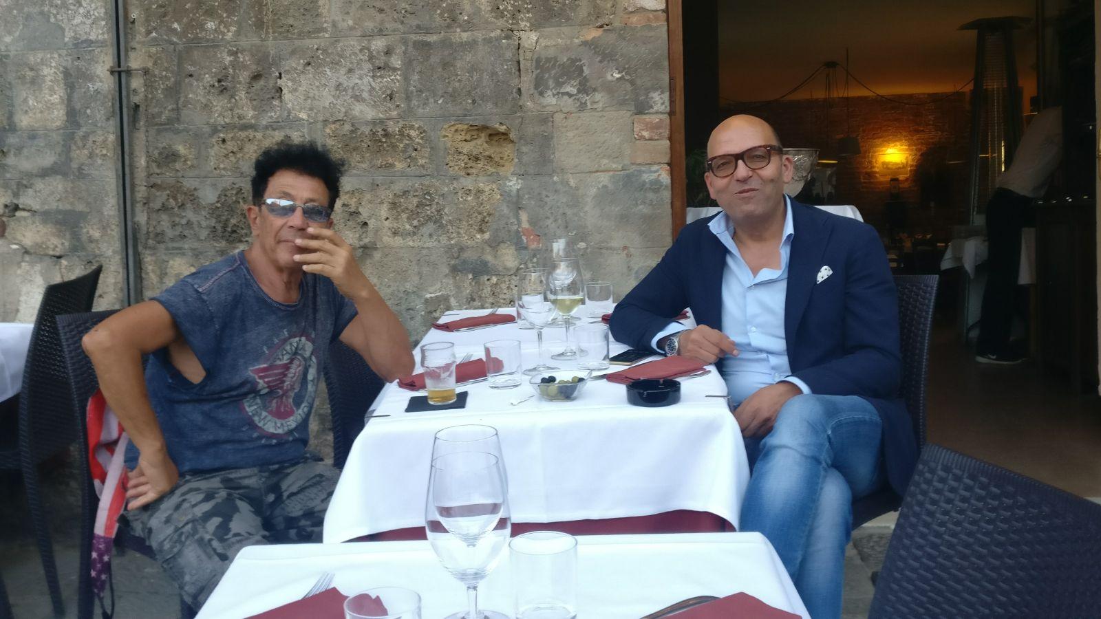 Edoardo Bennato prende l'aperitivo in Piazza del Campo