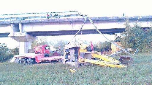 Precipita dal viadotto con il camion: salvo dopo un volo di 15 metri – LE FOTO