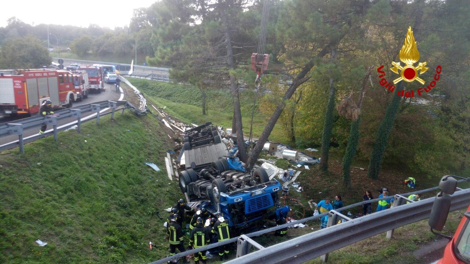 Camion vola fuori strada: muore conducente