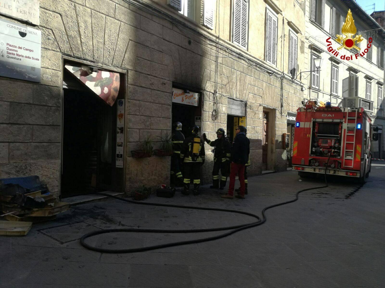 Incendio alla pizzeria da asporto in via delle Terme