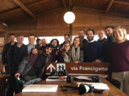 Foto di gruppo blogtour e organizzatori Via Francigena a Radicofani