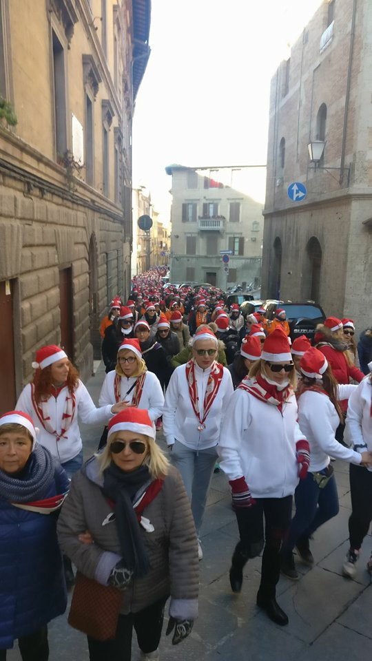 Passo passo pe' rioni, le donne di contrada a spasso per Siena