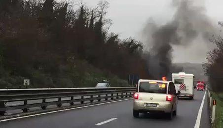 Furgone espresso in fiamme sulla Siena-Firenze – IL VIDEO