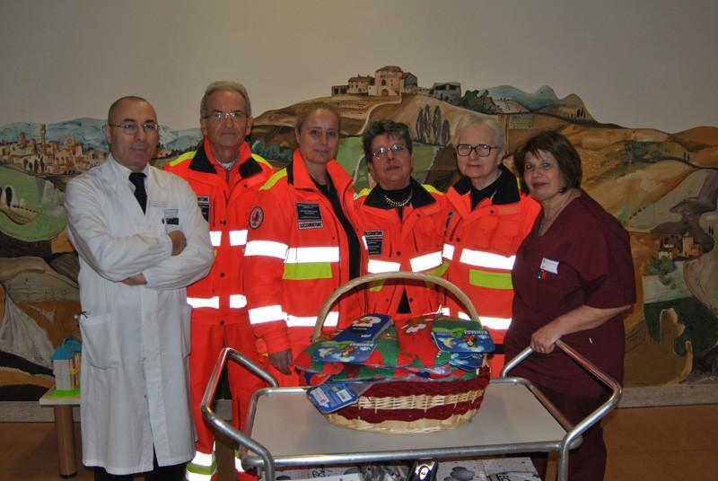La Pubblica Assistenza di Castelnuovo porta le calze della Befana in Pediatria