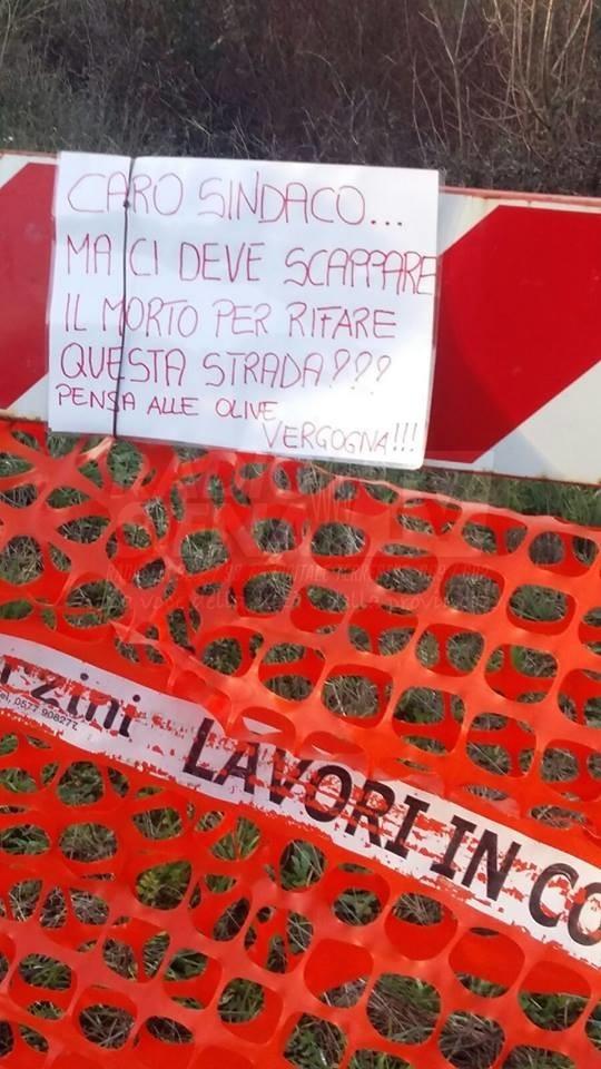 Castellina in Chianti, cartello polemico verso il sindaco Bonechi sulla sp 51