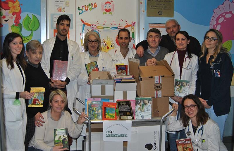 """""""Io tifo Mens Sana"""" ha consegnato i libri al reparto di pediatria"""