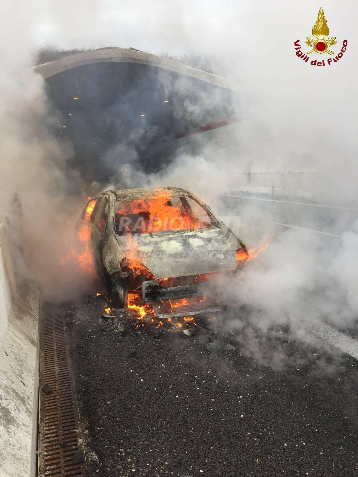 Auto a fuoco sulla Siena-Grosseto – FOTO
